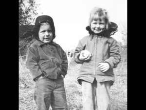 Timmy (2) and Suzie Abbott (3) with apple in Belmont, MA, 1950